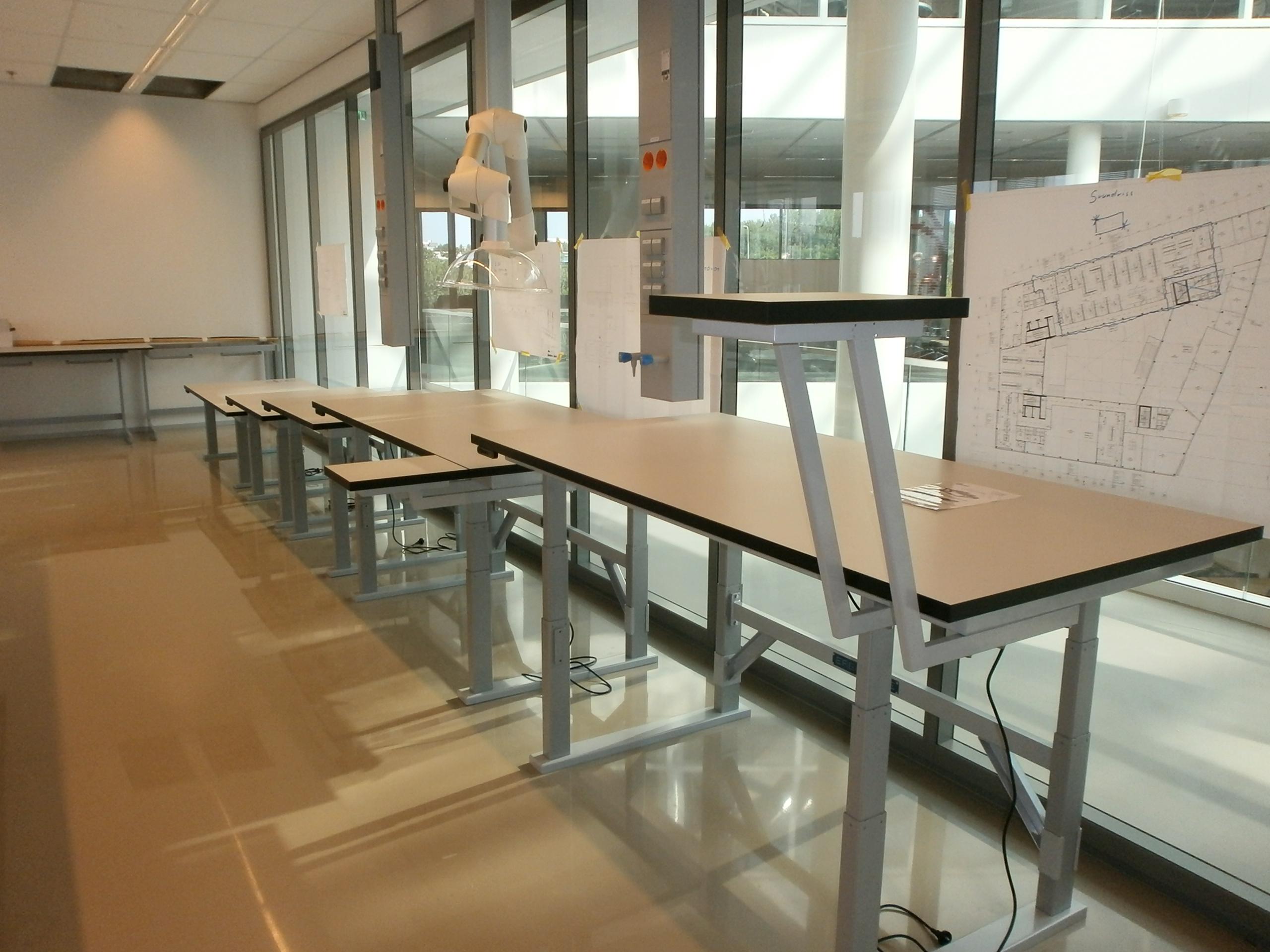 Laboratoriumtafels met extra zijbladen (Avery Dennison)
